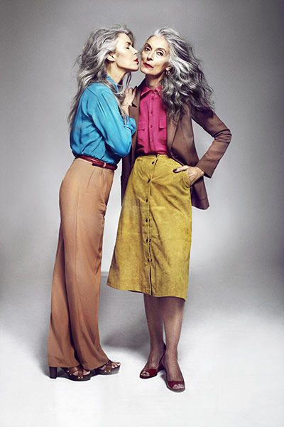 Cheveux-gris-vêtements-colorés