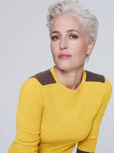 Cheveux-gris-pull-jaune
